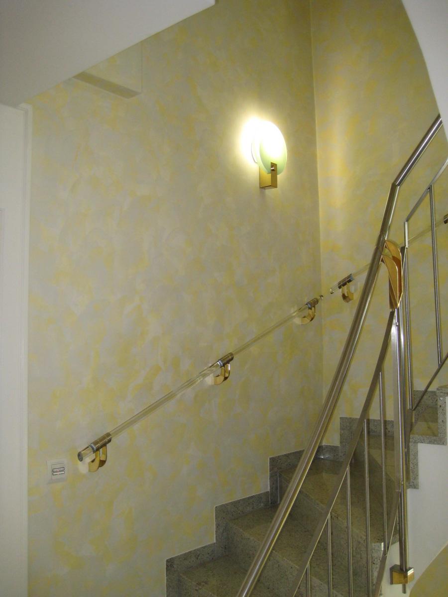 Spachteltechnik zur Wandgestaltung im Treppenhaus. Hell und freundlich.